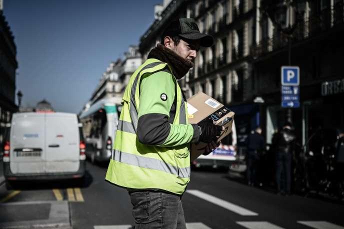 Un livreur Amazon dans les rues de Paris, jeudi 19 mars.