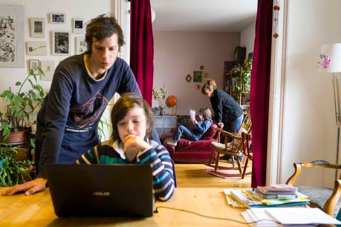 Des parents font l'école à leurs deux enfants,le 17 mars à Mulhouse (Haut-Rhin).