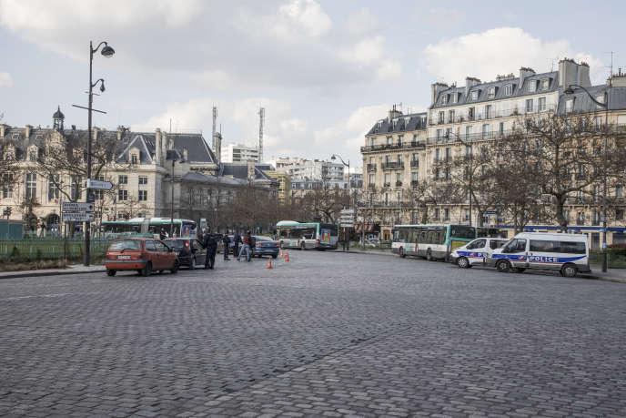 Paris, France, le 18 mars 2020, contrôles de police place d'Italie. Ces mesures deconfinement sont l'occasion pour Carlos Moreno de repenser sa manière de vivre enville.