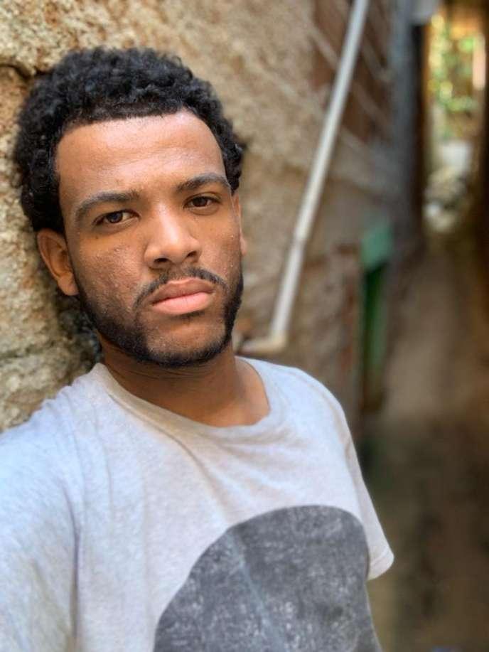 Rene Silva dans le Complexo de Alemão, dans le nord de Riode Janeiro au Brésil, en août 2019.