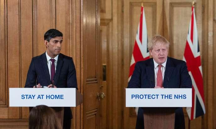 Le premier ministre britannique, Boris Johnson (à droite), et le chancelier de l'Echiquier, Rishi Sunak, lors d'une conférence de presse au 10 Downing Street, à Londres, le 20 mars. JULIAN SIMMONDS / AFP