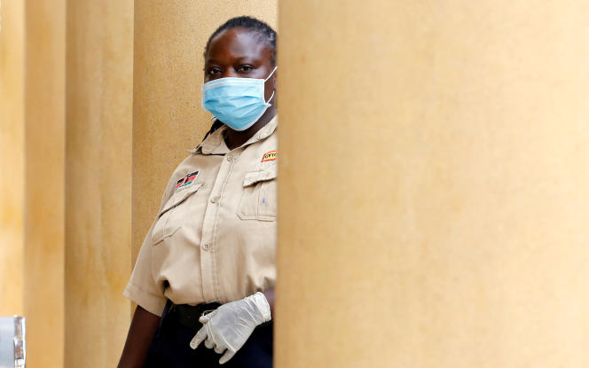 Un agent de sécurité devant le palais de justice de Milimani, au Kenya, le 20 mars 2020.