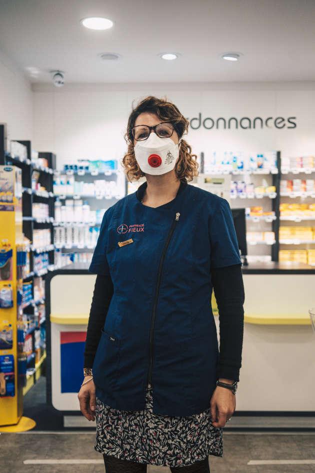 Coralie et ses collègues sont parmi les professionnels de santé qui font directement face à l'épidémie. La pharmacie dans laquelle elle travaille ne désemplit pas. Ici, plus de masque ni de gel hydroalcoolique. Avec le sourire, ces professionnels de santé rassurent les clients, souvent âgés.