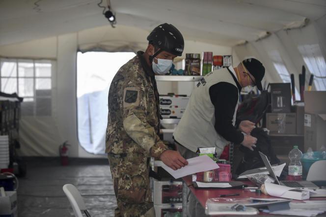 Le personnel au travail à l'hôpital de campagne Samaritan's Purse, à Crémone, dans le nord de l'Italie, le 20mars 2020.