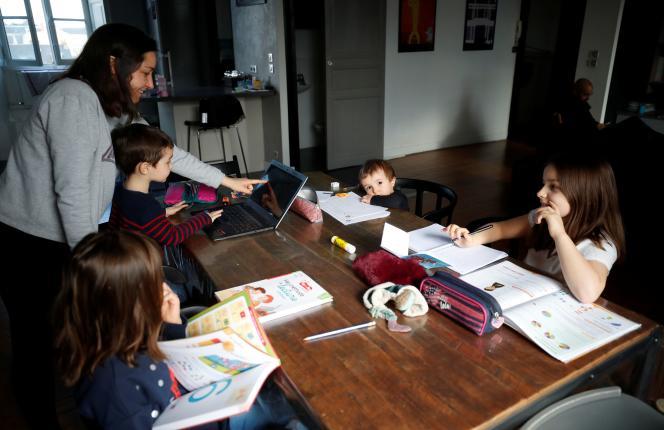 Une mère de famille fait classe à ses quatre enfants pendant la fermeture des écoles, à Nantes (Loire-Atlantique), le 17 mars.