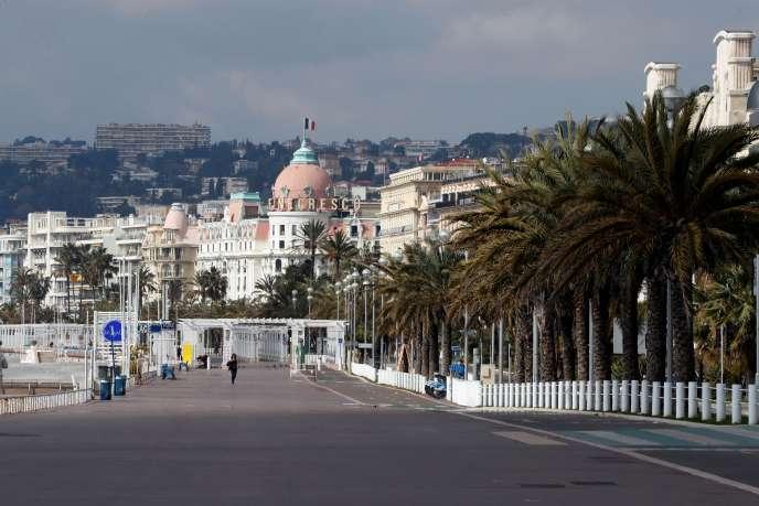 La promenade des Anglais déserte, à Nice, le 20 mars. ERIC GAILLARD / REUTERS