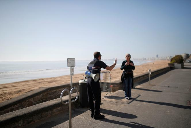 Un policier évacue la plage de Pornichet (Loire-Atlantique), dans le cadre des mesures de confinement, le 18 mars.