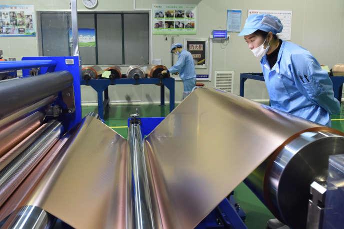 Dans une usine de production de feuilles de cuivre utilisées pour les batteries au lithium, à Tongling, en Chine, en novembre 2018.