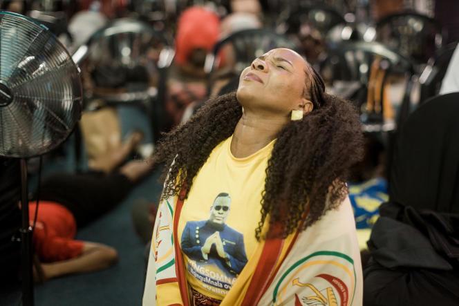Des fidèles de laNala Mandate Church prient pour freiner la propagation du coronavirus, à Durban, en Afrique du Sud, le 19mars 2020.