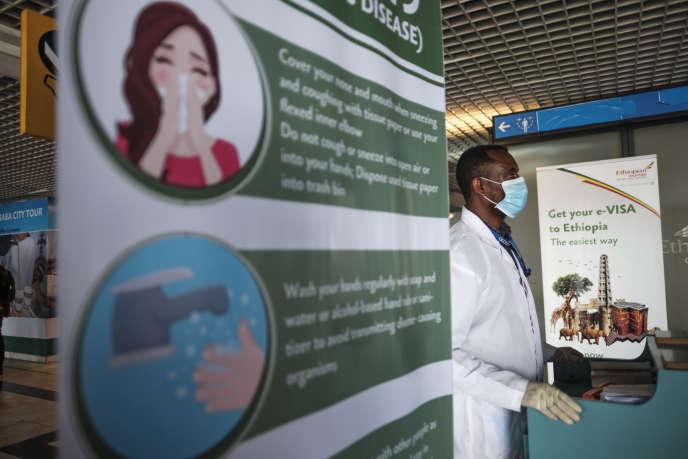 Un agent de santé à l'aéroport international de Bole, à Addis-Abeba, le 17mars 2020.