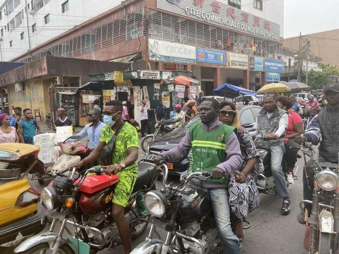 Dans une rue de Douala, le 7 mars 2020.