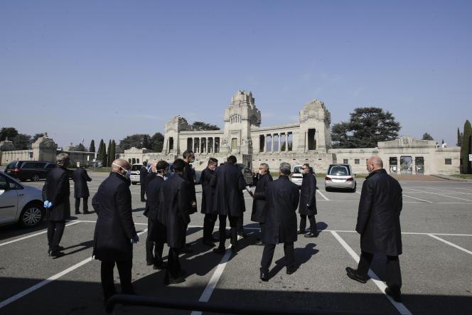 Devant le cimetière monumental de Bergame, le 17 mars.