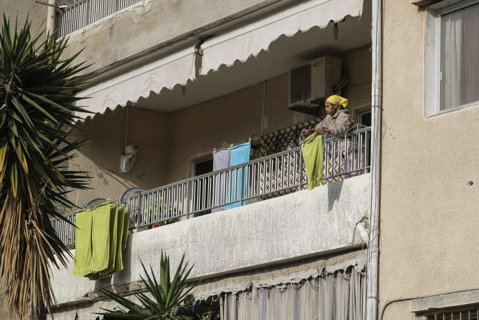 Une employée de maison d'origine africaine travaille dans un appartement de Dbaiyeh,au nord de Beyrouth, en avril 2019.