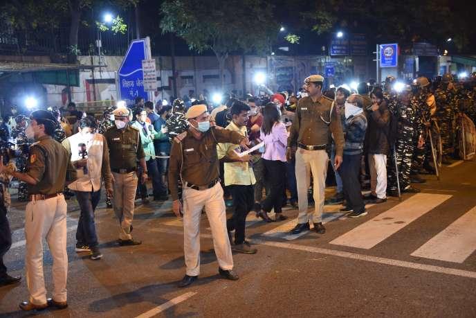 Devant la prison Tihar où ont été exécutés par pendaison quatre des six meurtriers de Nirbhaya, à New Delhi, le 20 mars.