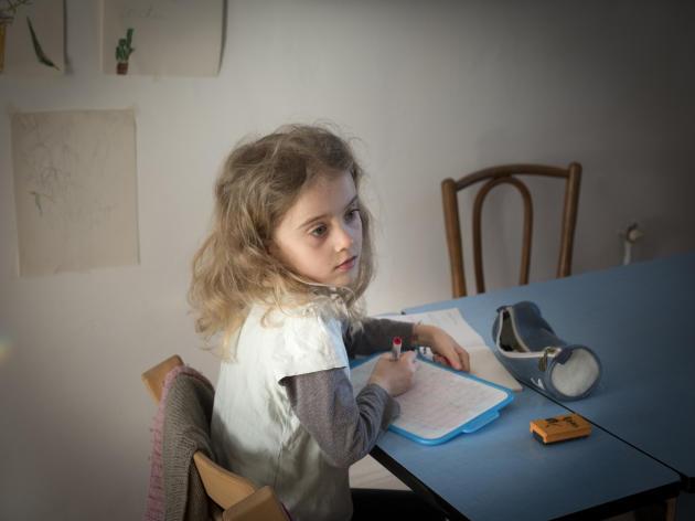 L'une des deux filles de Lionel et Lucie, photographes à Lille, lors d'un cours à domicile.