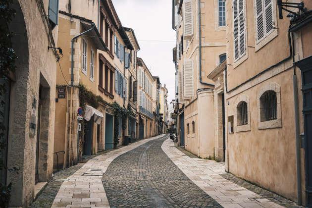 Une rue désertée par les habitants d'Auch, mardi 17 mars.