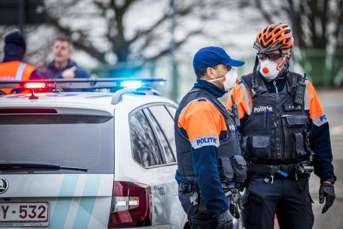 La police flamande arrête les automobilistes néerlandais dans la ville belge de Maaseik, près de la frontière, le 20 mars 2020.