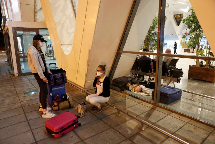 Des touristes attendent d'être rapatriés, le 14mars 2020, à l'aéroport de Marrakech.