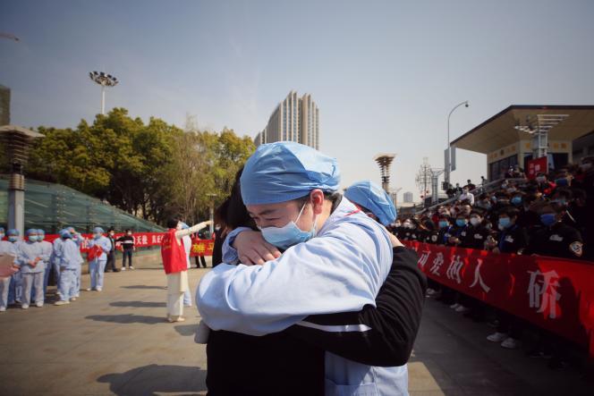 Une équipe d'assistance médicale venue en renfort depuis la province de Jiangsu, lors d'une cérémonie marquant son départ, à Wuhan, le 19 mars.