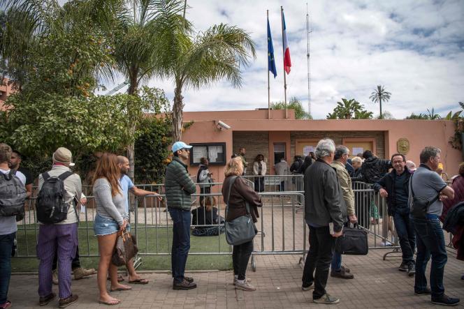 Des citoyens français font la queue devant le consulat de France pour organiser leur rapatriement, à Marrakech au Maroc, le 17 mars.