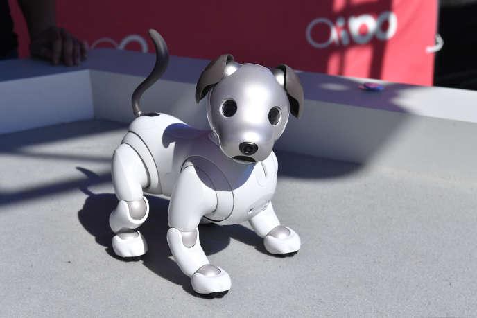 Le chien Aibo, alimenté par l'IA de Sony.