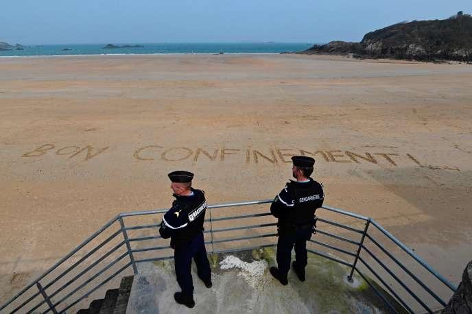 Des gendarmes patrouillent sur une plage de Saint-Lunaire (Ille-et-Vilaine), dans le nord de la Bretagne, vendredi 20 mars.