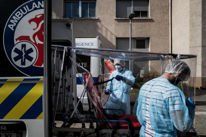 Désinfection d'une ambulance à l'hôpital Edouard-Herriot à Lyon, le 19 mars.