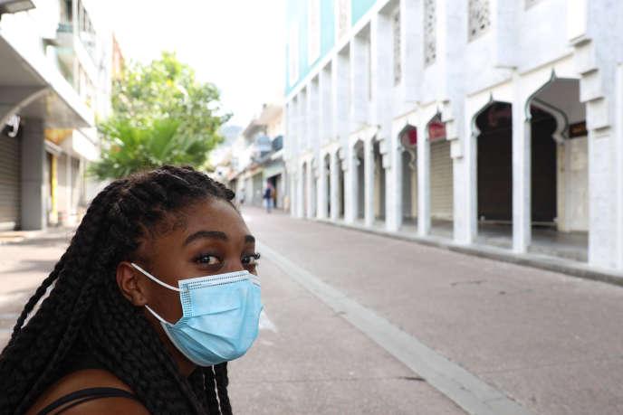 Une femme portant un masque de protection dans une rue de Saint-Denis, chef-lieu de l'île de La Réunion, le 19 mars.