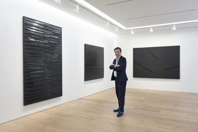 Emmanuel Perrotin, en 2017, lors de l'ouverture de la galerie de Tokyo, avec une exposition de Pierre Soulages.