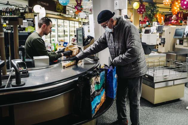 L'Intermarché ouvre exceptionnellement de 8 heures à 8 h 30, uniquement pour les clients de plus de 70 ans, à Issy-les-Moulineaux (Hauts-de-Seine), le 18 mars.