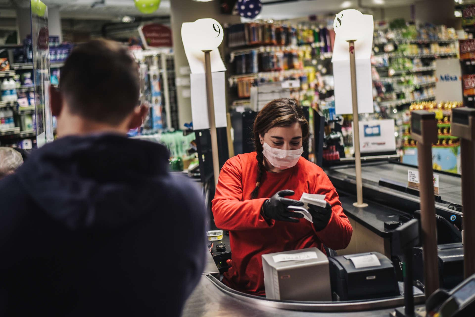 Gants et masques de rigueur dans ce supermarché d'Issy-les-Moulineaux (Hauts-de-Seine), le 18 mars.