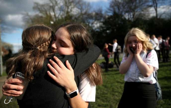 Des lycéennes se quittent après la fermeture de leur établissement scolaire, à Newcastle-under-Lyme, au Royaume-Uni, le 20 mars.