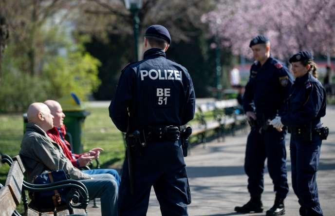 Une patrouille de policiers dans le Stadtpark dont l'ouverture au public a été maintenue, à Vienne, le 20 mars.