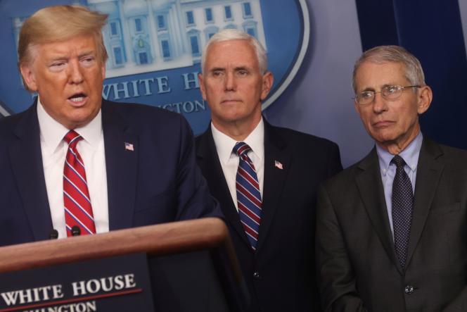 Donald Trump fait un point sur l'épidémie, avec le vice-président Mike Pence (au centre), et Anthony Fauci, le directeur de l'Institut national des allergies et maladies infectieuses, le 20 mars à la Maison Blanche.