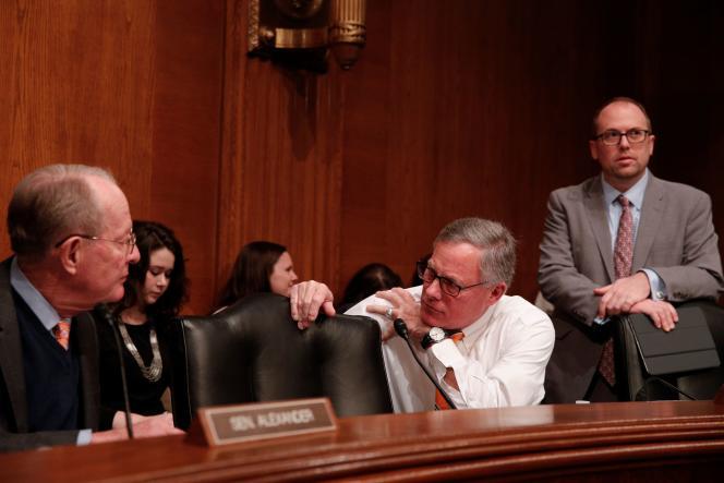 Le sénateur de Caroline du Nord, Richard Burr (au centre), à Capitol Hill à Washington, le 3 mars.