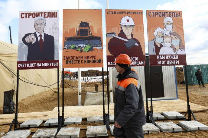 Des affiches de style soviétique appelant les ouvriers à travailler le plus vite possible, pour la construction d'un hôpital en banlieue de Moscou, le 21 mars.