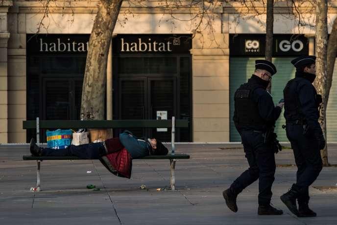 Un sans-abri à Paris, le 17 mars.