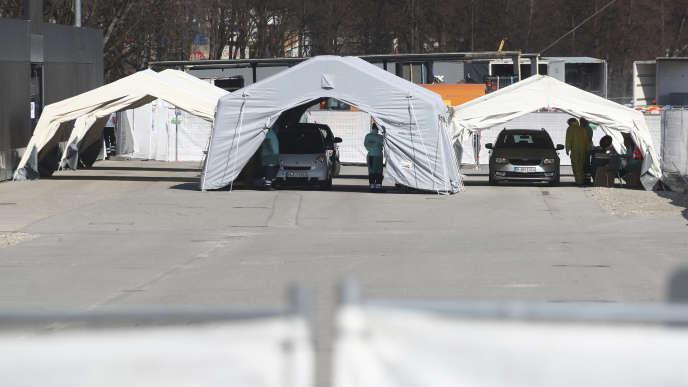 Dispositif de tests de dépistage du COVID-19 à Munich (Bavière), le 18 mars. Les automobilistes ne sortent pas de leur véhicule.