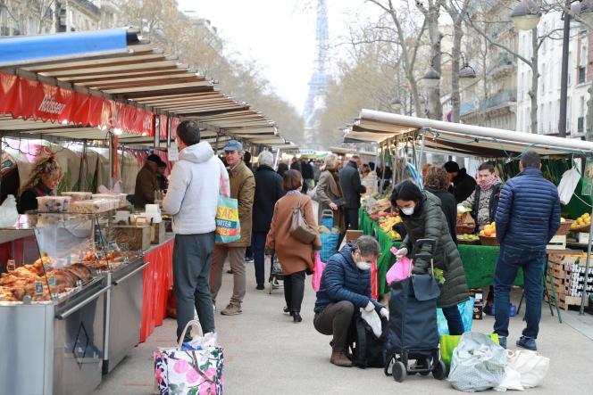 Un marché parisien, le 21 mars 2020.