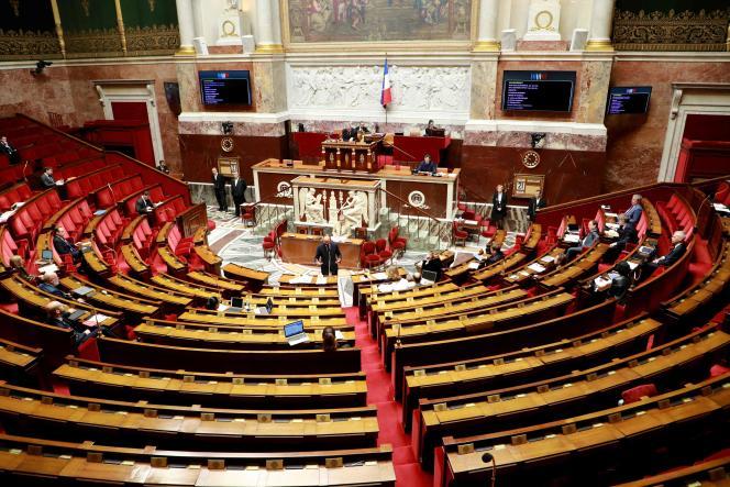 Des députés lors d'un débat sur le projet de loi sur l'état d'urgence sanitaire, à l'Assemblée nationale, le 21 mars.