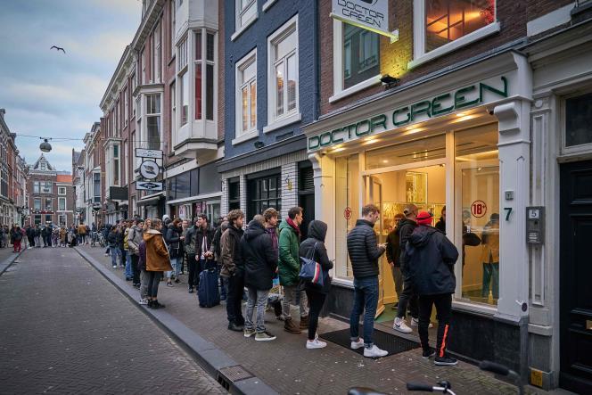 Dans un «coffee-shop», à La Haye (Pays-Bas), le 15 mars.