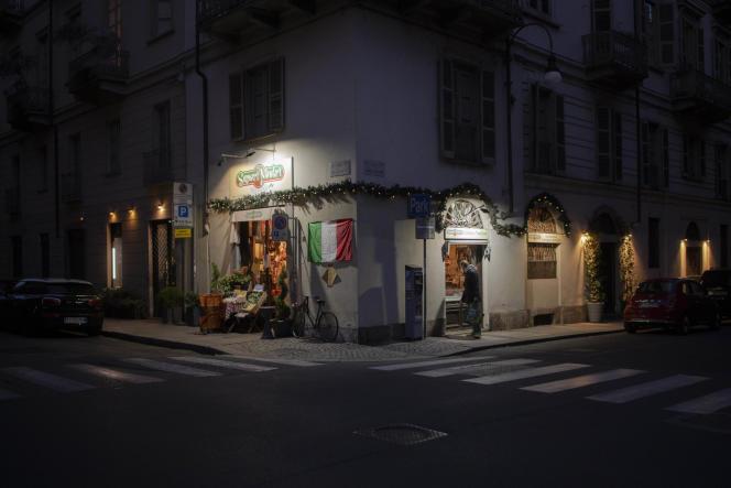 Une supérette de Turin, en Italie, ouverte, le 21 mars.