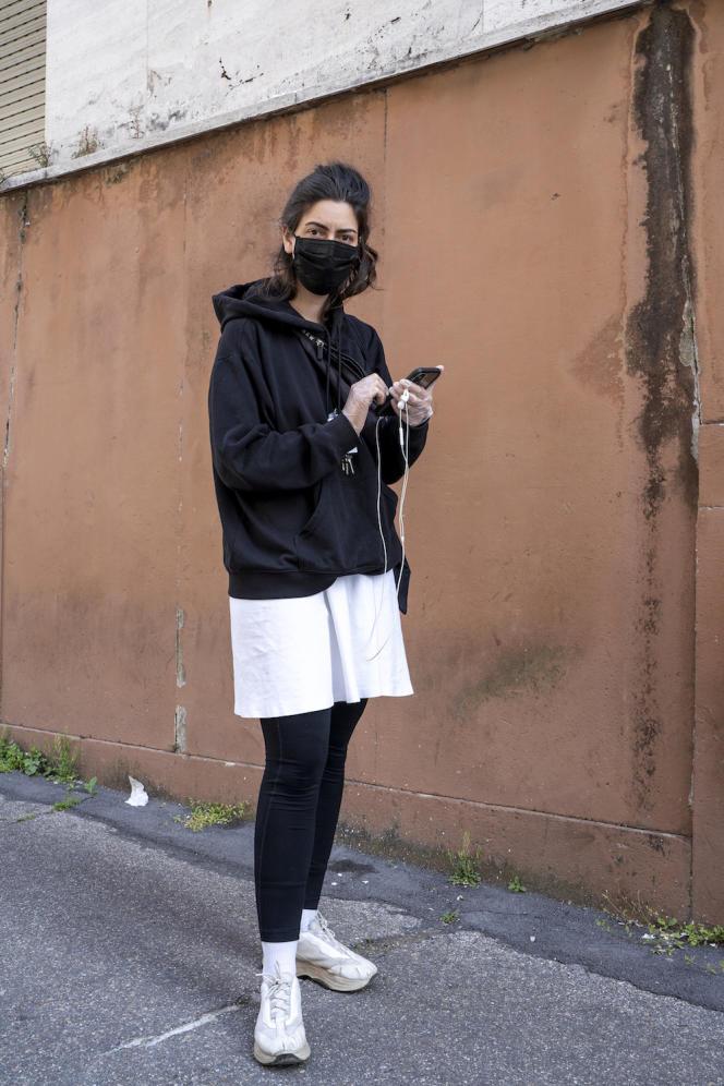 Jeanne attend pour faire ses courses à Rome, le 21 mars.