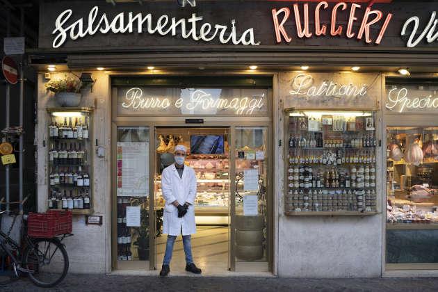 Daniele travaille dans cette charcuterie du Campo dei Fiori, habituellement très prisée par les touristes. Rome, le 18 mars.