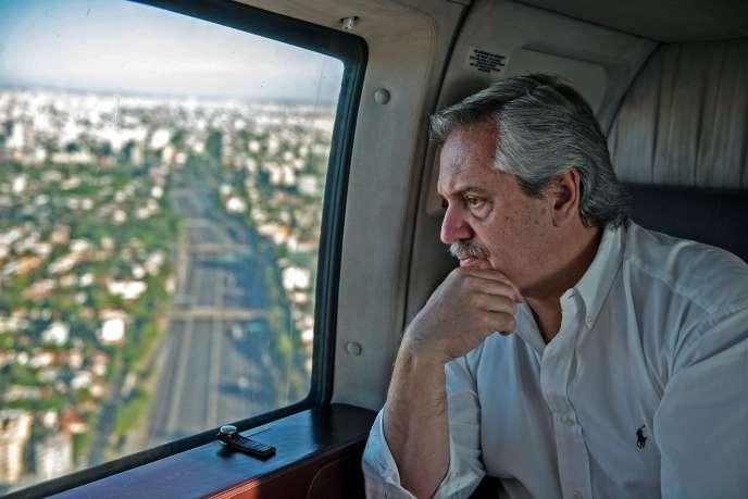 Alberto Fernandez, le président argentin, survole Buenos Aires, le 21 mars.