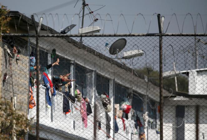 Des détenus manifestent depuis la fenêtre de leur cellule de la prison de La Modelo, à Bogota, le 22 mars.