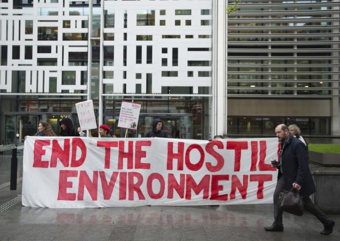 Des manifestants de Global Justice Now dénoncent le traitement de la génération Windrush par le gouvernement, à Londres, le 30 avril 2018.