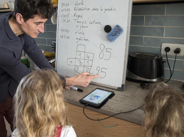 Lionel s'aide du CNED et des consignes des enseignants pour faire cours chez lui à ses deux filles qui sont en CP.