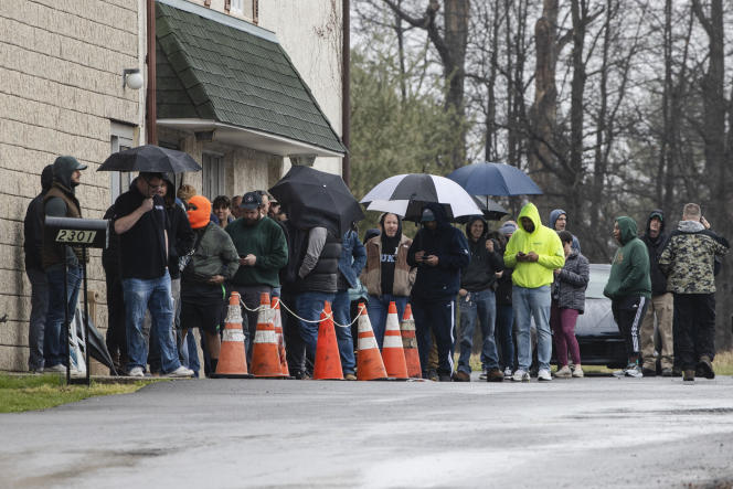 Les gens font la queue devant le magasin d'armesà feu Tanner's Sports Center, à Jamison, en Pennsylvanie, le 17 mars.