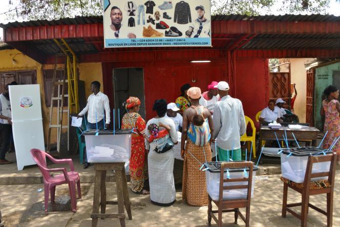 Un bureau de vote à Conakry (Guinée) plein pour se prononcer sur le référendum, le 22 mars.